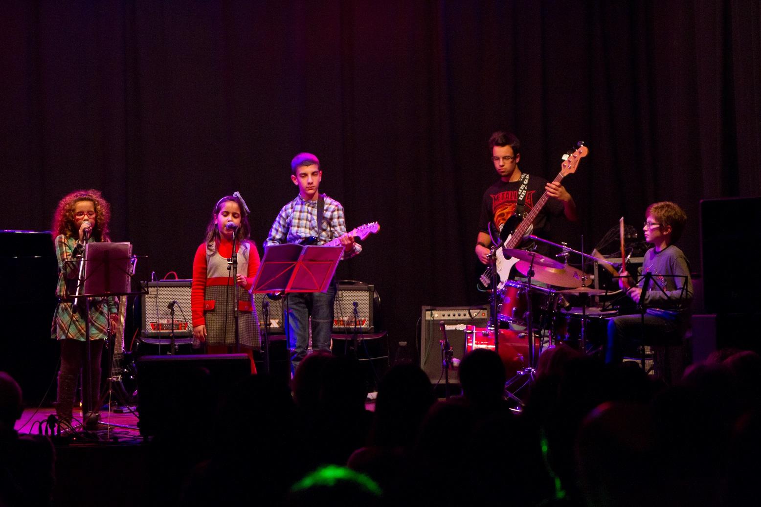 Cerca de 30 alunos de Escola Viana Música apresentam-se em concerto no liceu