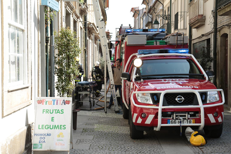 """Mulher com cerca de 70 anos fica em estado """"muito grave"""" após fogo em casa na rua Manuel Espregueira"""