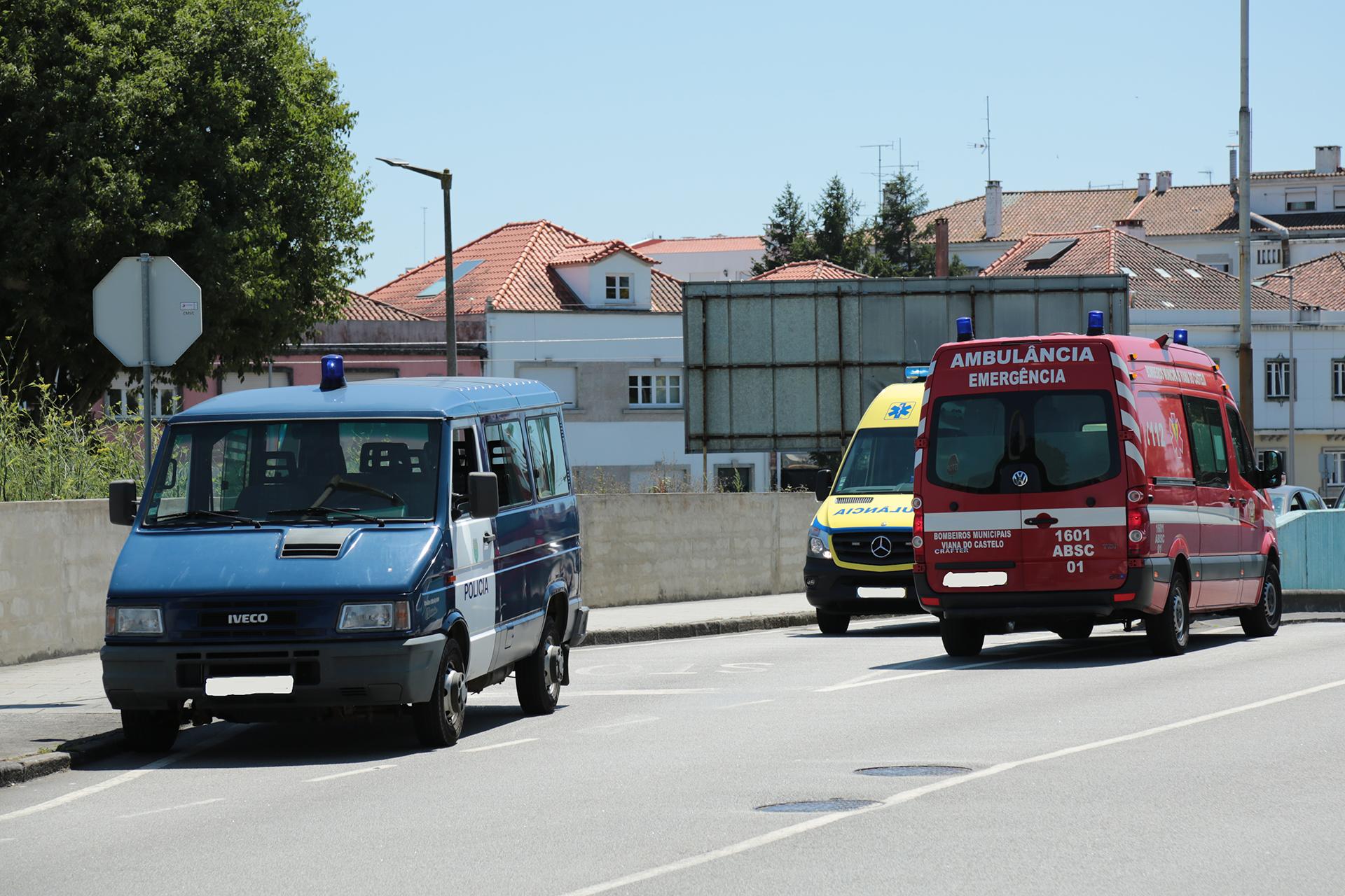 Colisão entre dois carros faz três feridos ligeiros no centro de Viana