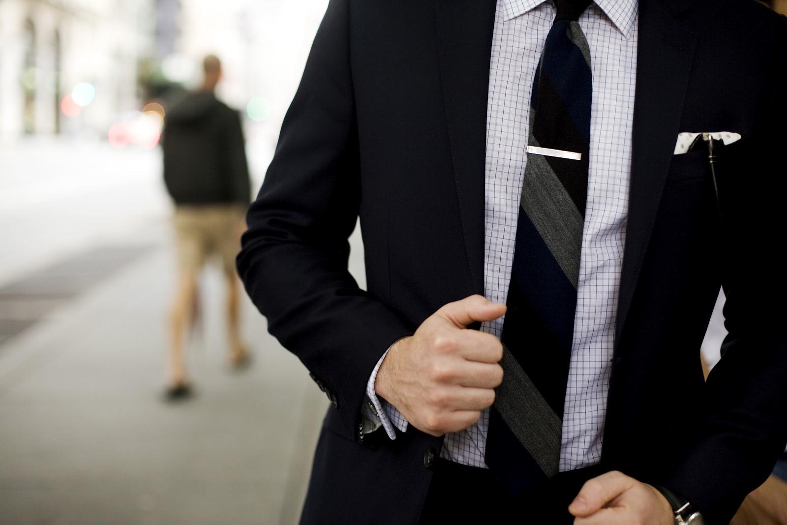 Usar gravata no trabalho limita o pensamento crítico