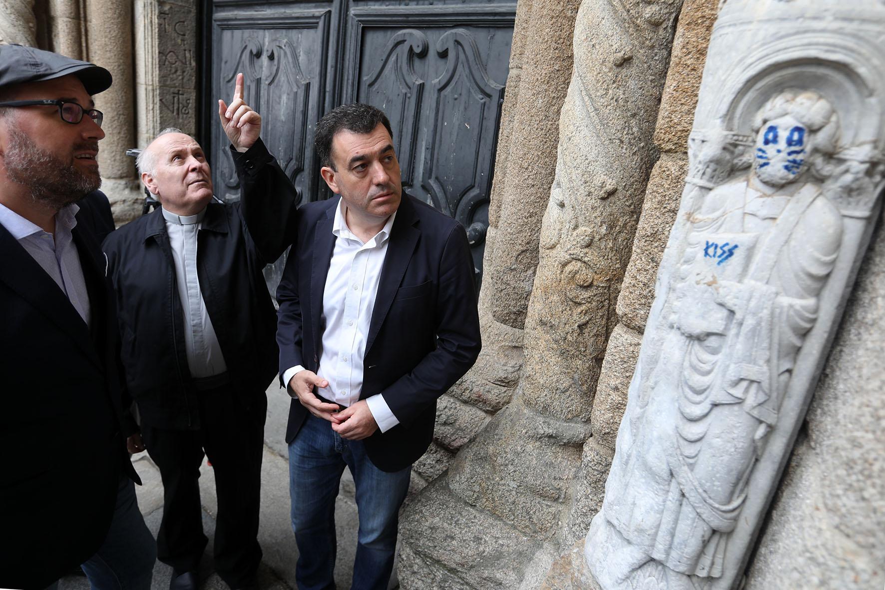 "Galiza condena ""vandalismo"" e retira pintura de estátua da catedral de Santiago de Compostela"