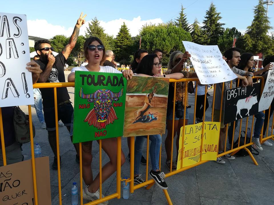 Meia centena de ativistas manifesta-se em Ponte de Lima contra as touradas