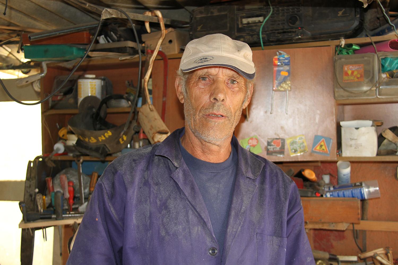 """Ex-pescador de Darque """"sonha com arte"""" e cria esculturas a partir de lixo"""