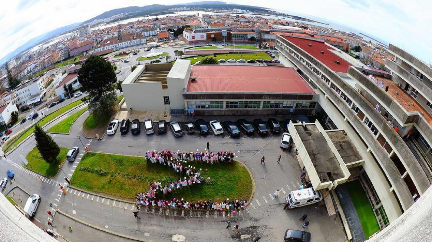 M humano gigante nasce em praça de Viana para celebrar 50 anos da maternidade