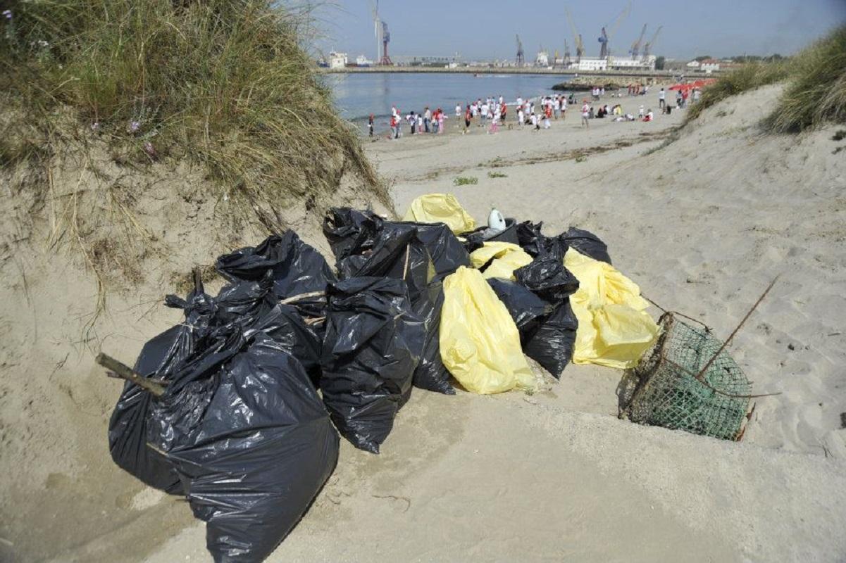 Projeto ambiental apanha lixo da Malásia, Alemanha e Espanha na praia do Cabedelo