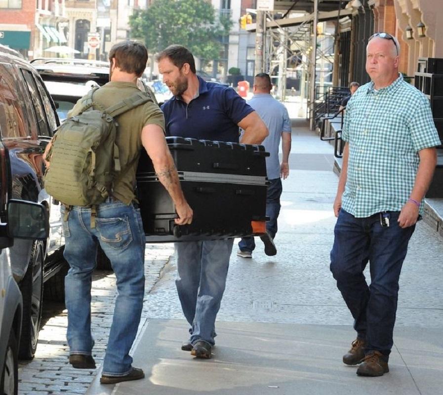 Taylor Swift é transportada numa mala