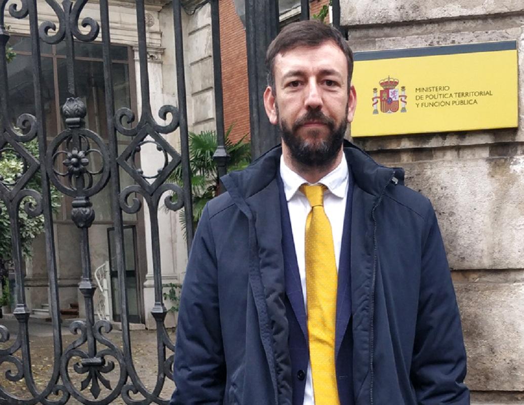 Autarca de Tui leva saco de entulho a Madrid para protestar contra falta de apoio do Governo espanhol