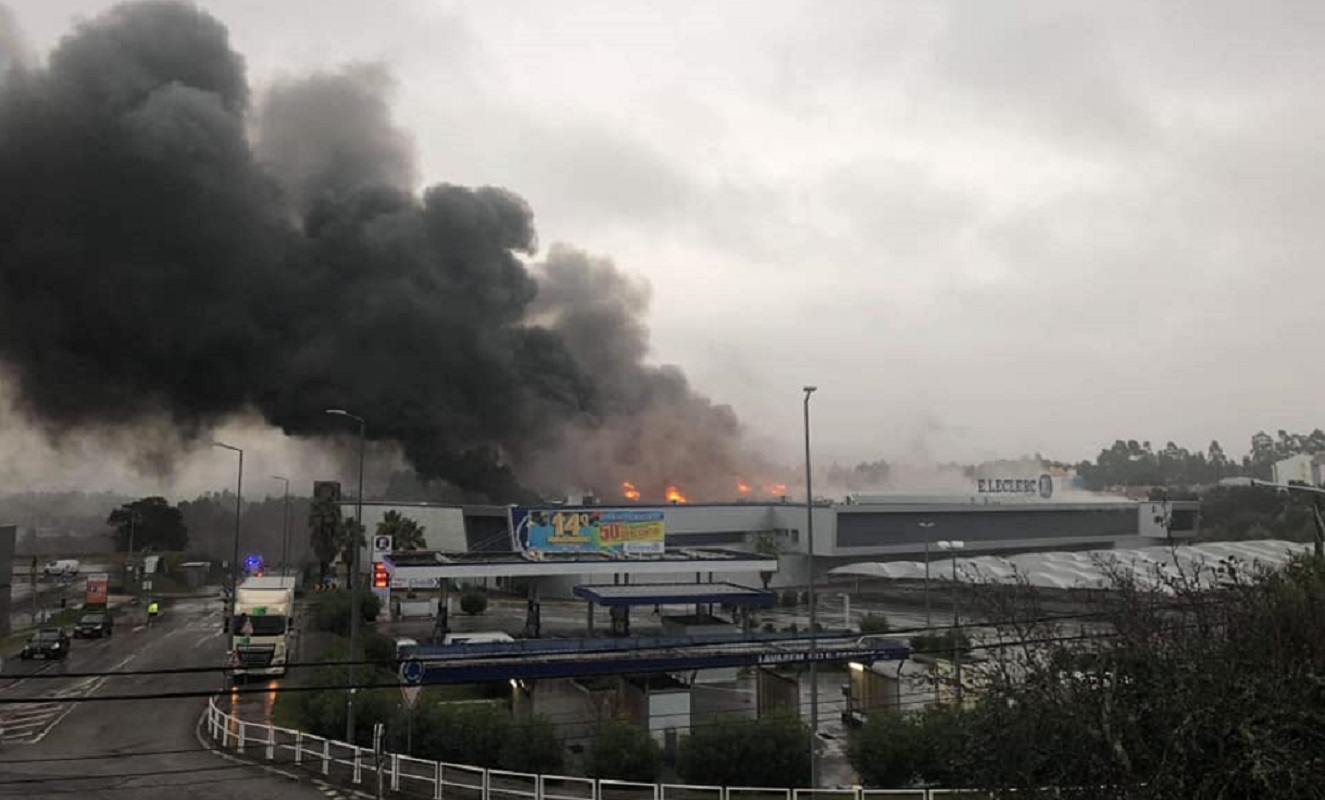 Incêndio no E.Leclerc em Darque mobiliza mais de 20 operacionais (EM ATUALIZAÇÃO)