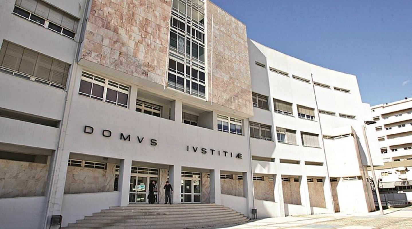 Solicitador de Viana e notário de Barcelos condenados por falsificação em processo de burla a idosa