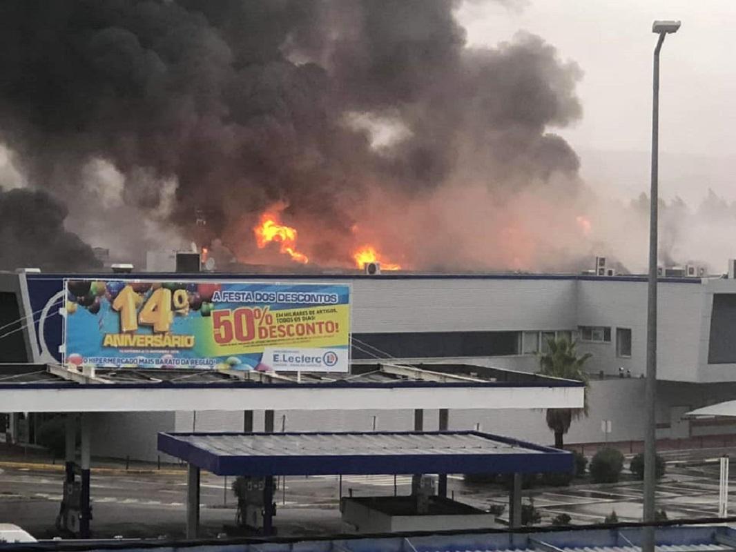 Iniciada demolição de estruturas danificados por fogo no supermercado E. Leclerc em Darque