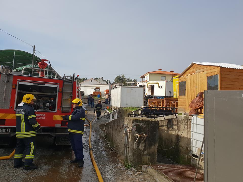 Incêndio destrói por completo roulotte de venda ambulante em Alvarães