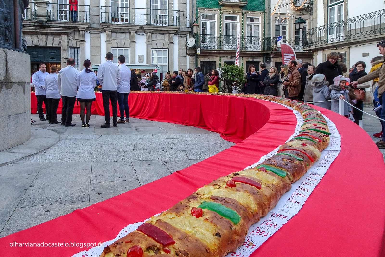 Bolo Rei Gigante ainda mais gigante oferecido sábado na Praça da República