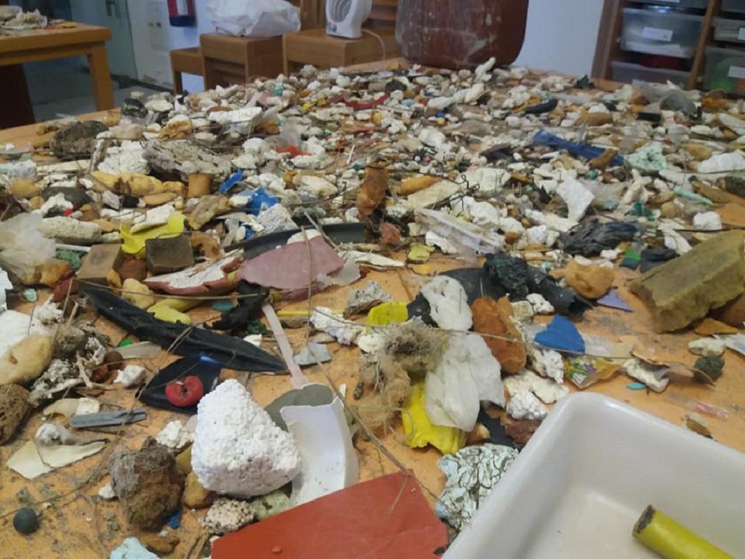 CMIA inventaria 35 quilos de lixo recolhido em apenas 100 metros da praia do Cabedelo