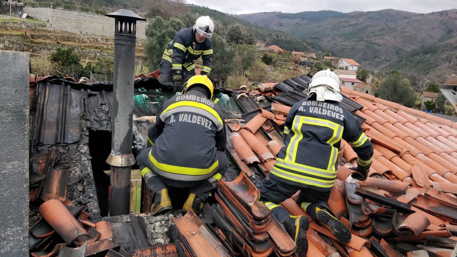 Rápida intervenção impede chamas de destruírem casa de turismo no Soajo