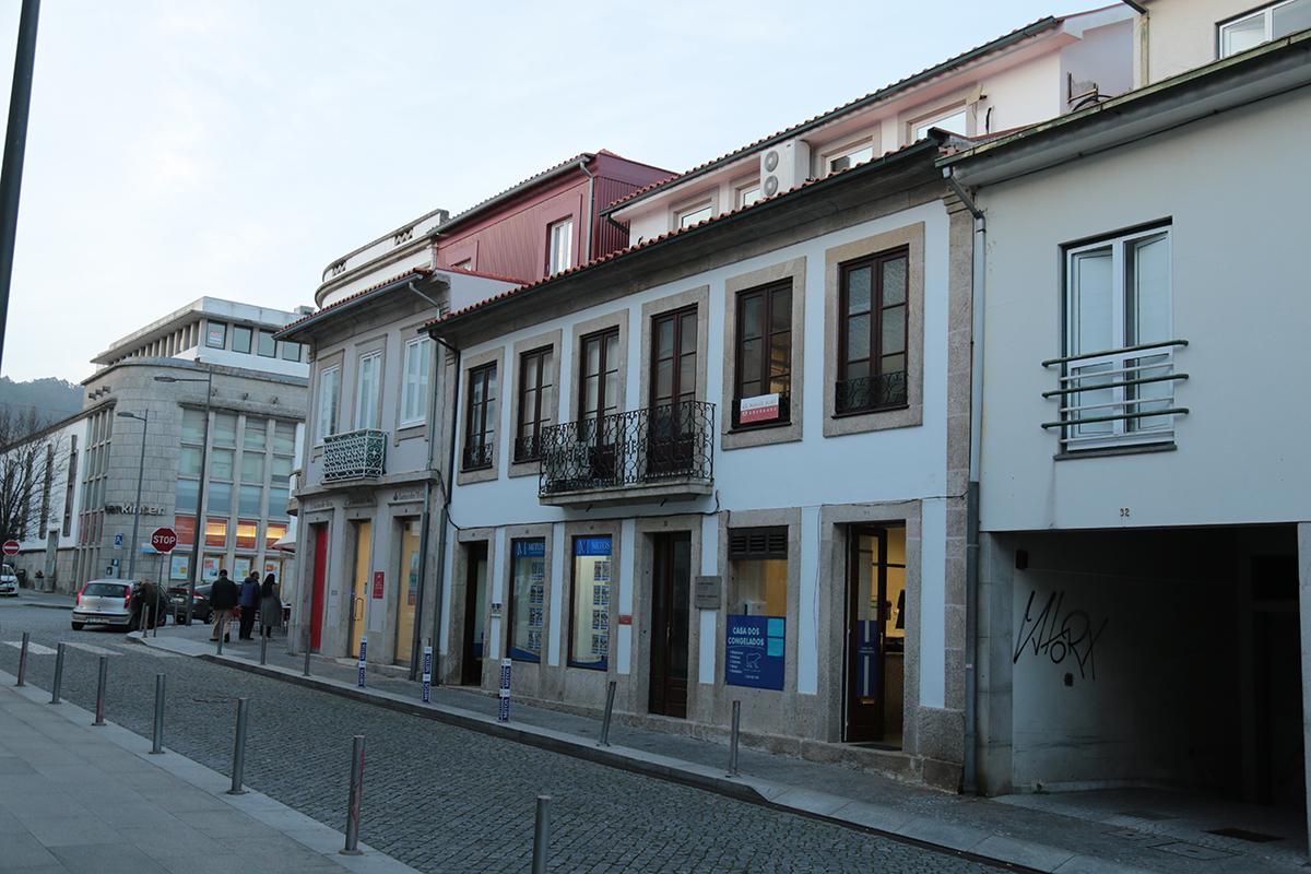 Homem de 60 anos em estado grave após queda de seis metros de altura no centro de Viana