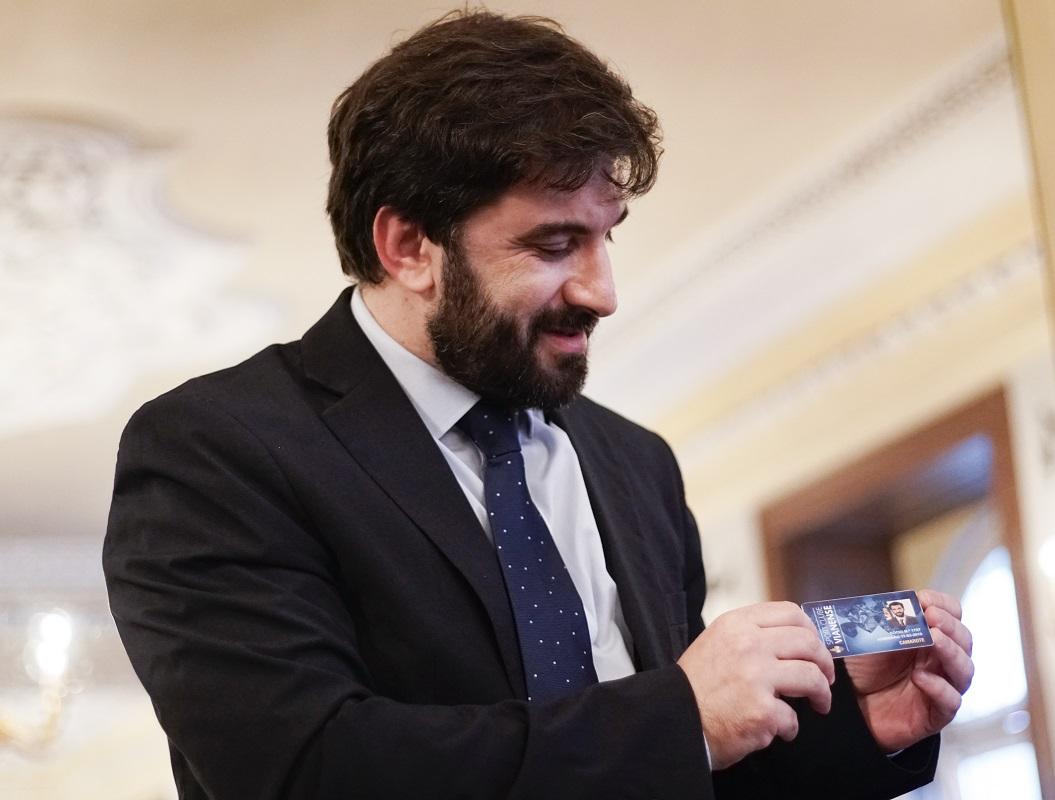 """Tiago Brandão Rodrigues leva cartão de sócio de Vianense no """"coração"""""""