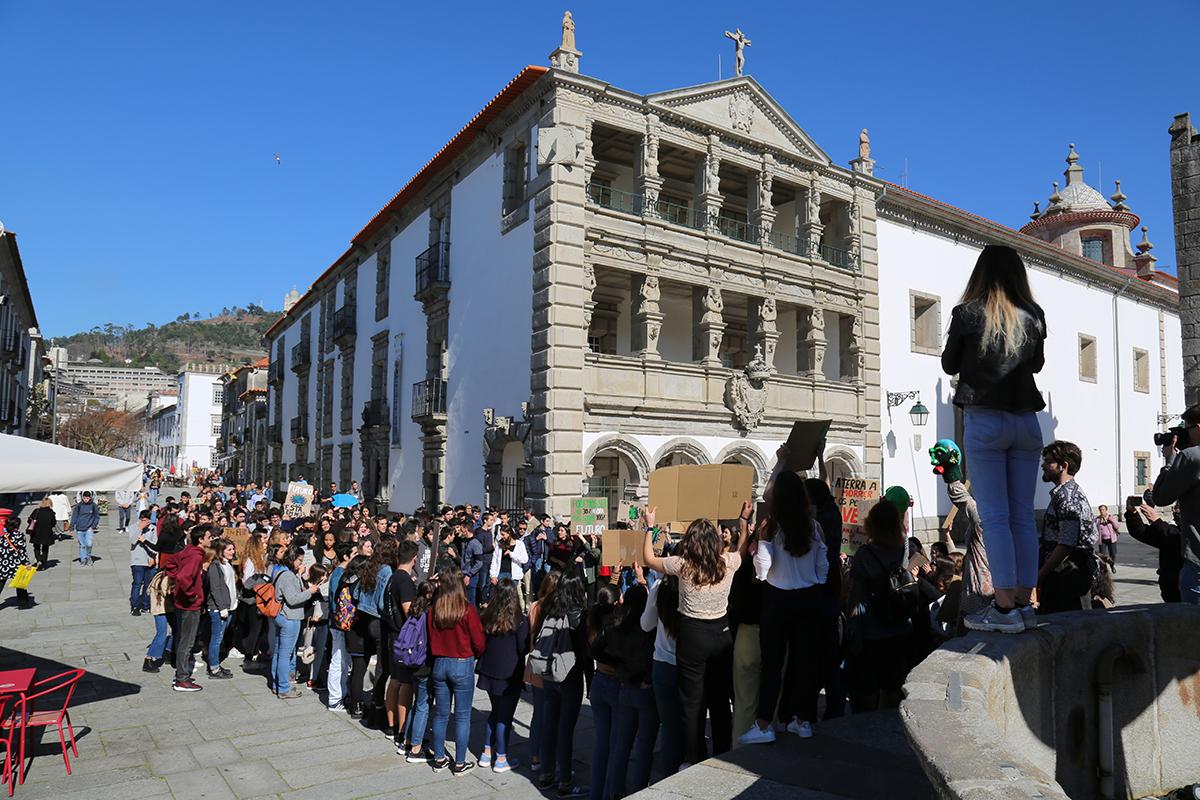Estudantes de Viana saem à rua pelo clima
