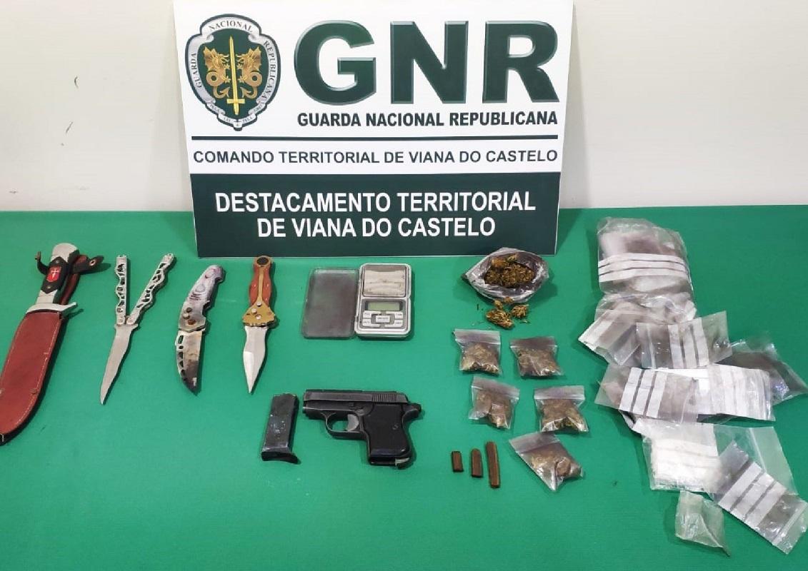 Jovem de 17 anos detido por posse ilegal de armas e tráfico droga