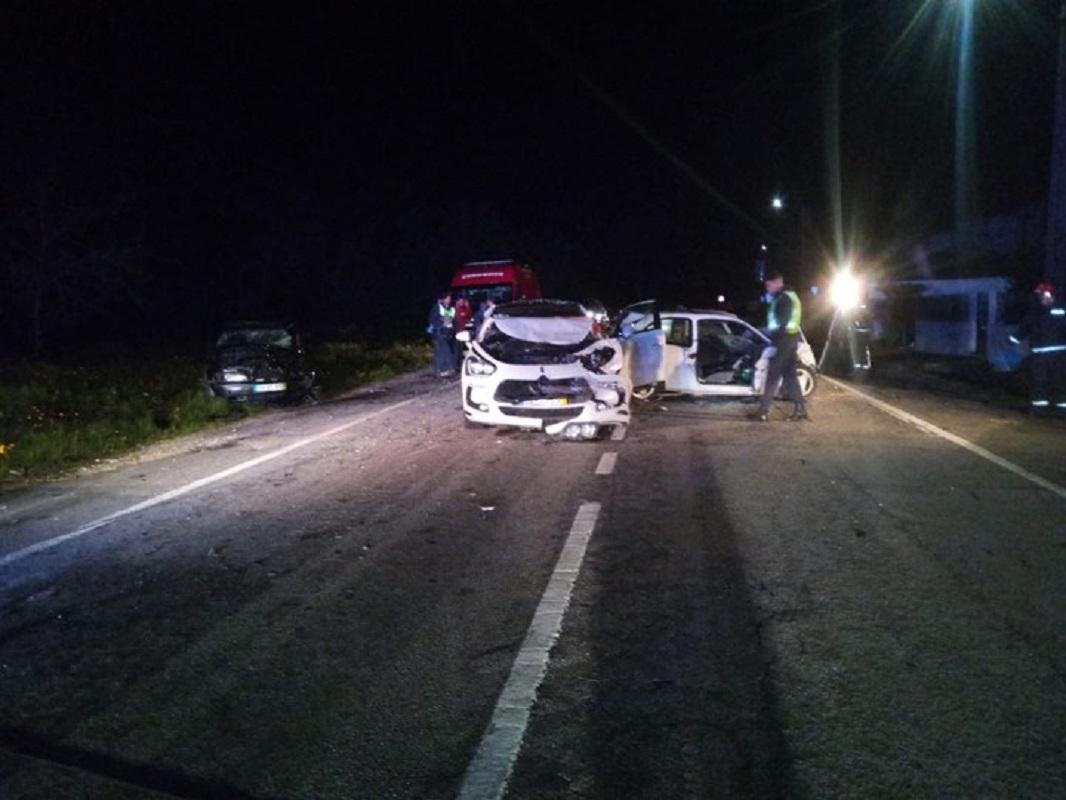 Homem de 34 anos morre e criança fica em estado grave em colisão entre três carros, em Valença