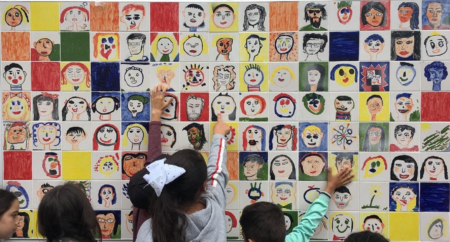 Mural de azulejos com autorretratos de alunos inaugurado na escola Zaida Garcez
