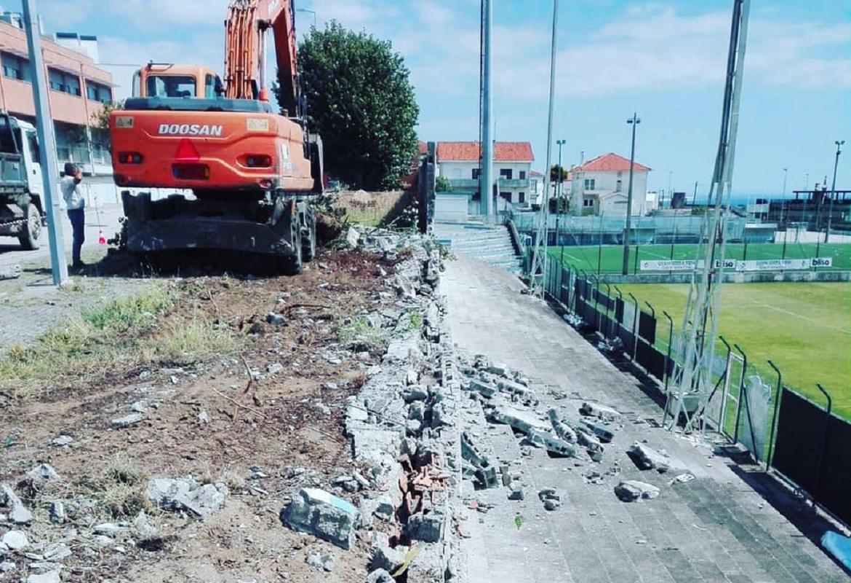 Câmara de Viana repara muro na via pública que impedia acesso a bancada do Vianense