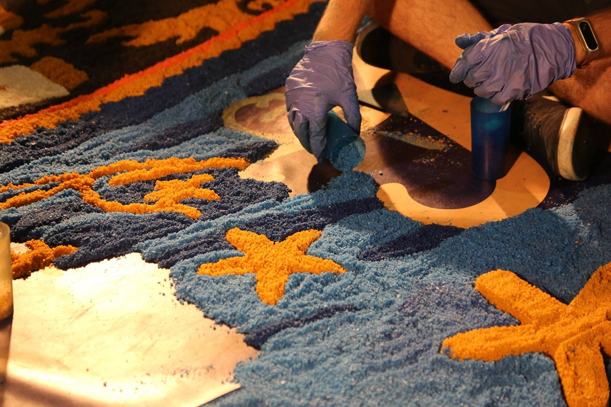Vídeo: Cerca de 15 toneladas de sal azul e amarelo cobrem 150 metros da rua Góis Pinto em honra da Senhora d'Agonia