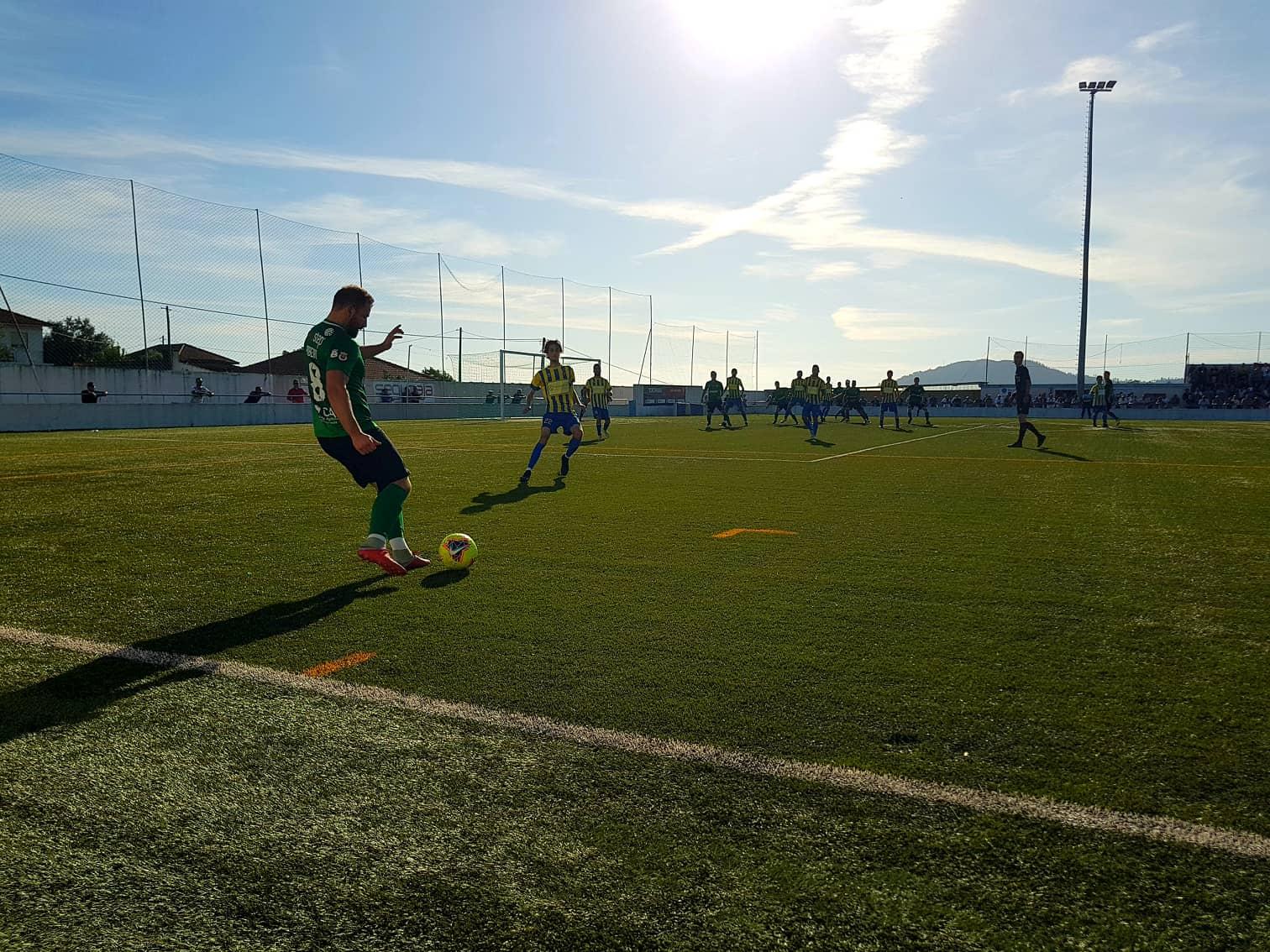 Futebol: Vianense e Cardielense empatam e continuam a repartir a liderança na 1ª divisão distrital