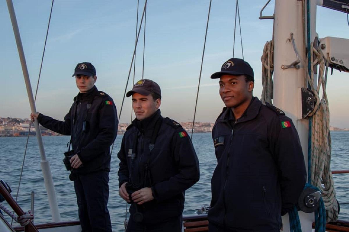 Cadetes da Escola Naval descem o rio Minho num exercício de botes a remos