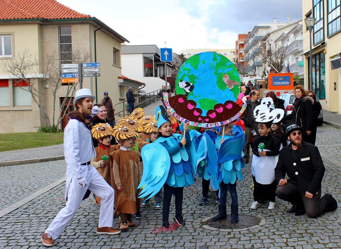 Folia carnavalesca nas ruas do centro histórico de Vila Nova de Cerveira