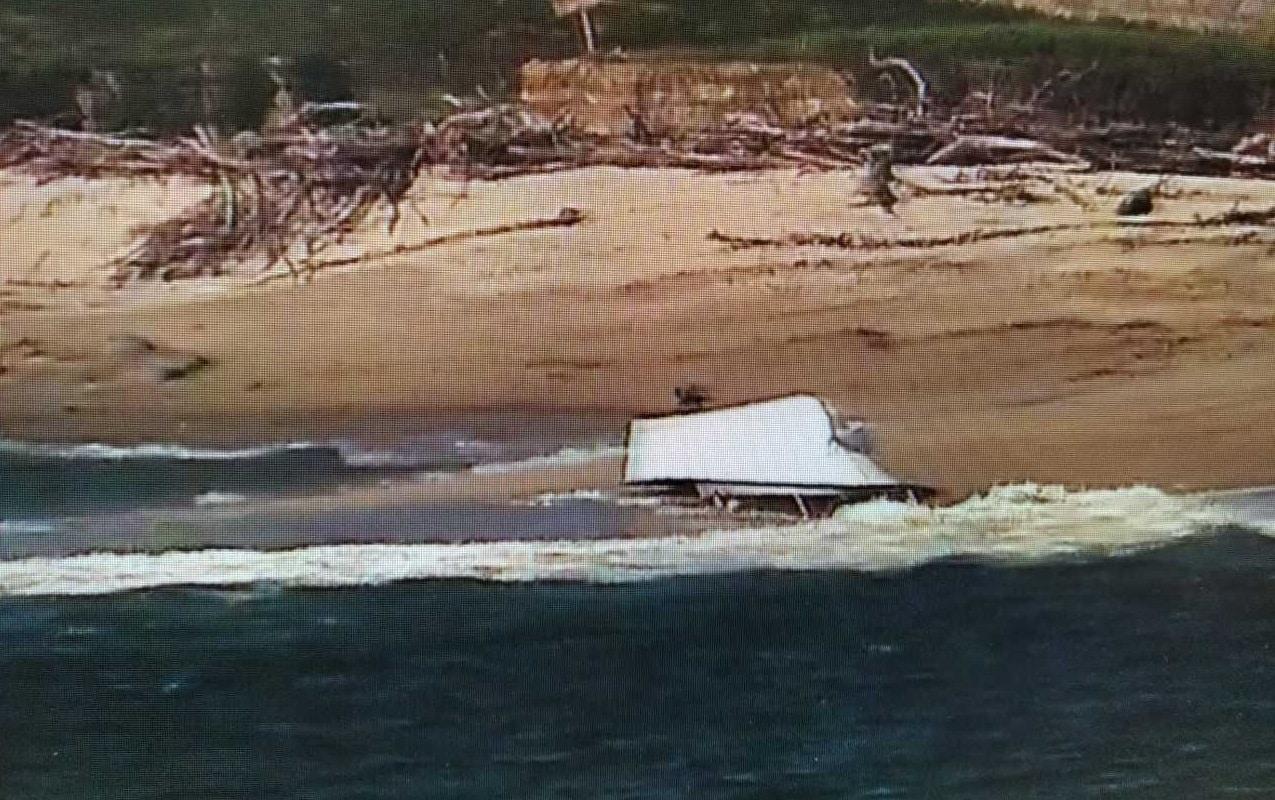 Barco de recreio espanhol sofre um golpe de mar, vira e encalha junto à ilha da Ínsua, em Caminha
