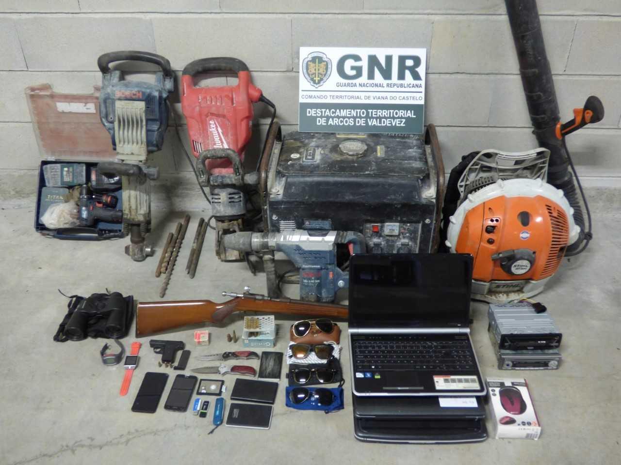 Dois homens detidos em Arcos de Valdevez por roubos em carros e posse ilegal de armas