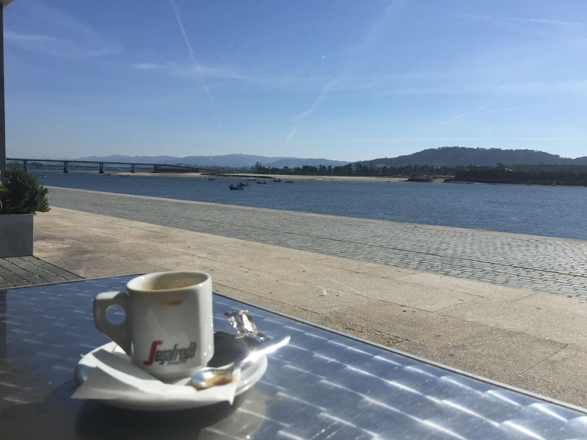 Arruamentos e praças interditadas ao trânsito para garantir esplanadas a restaurantes, cafés e pastelarias em Viana