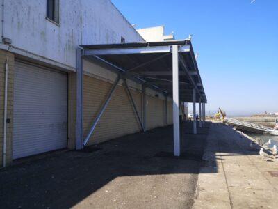 Cais de descarga do porto de pesca de Viana com novo telheiro