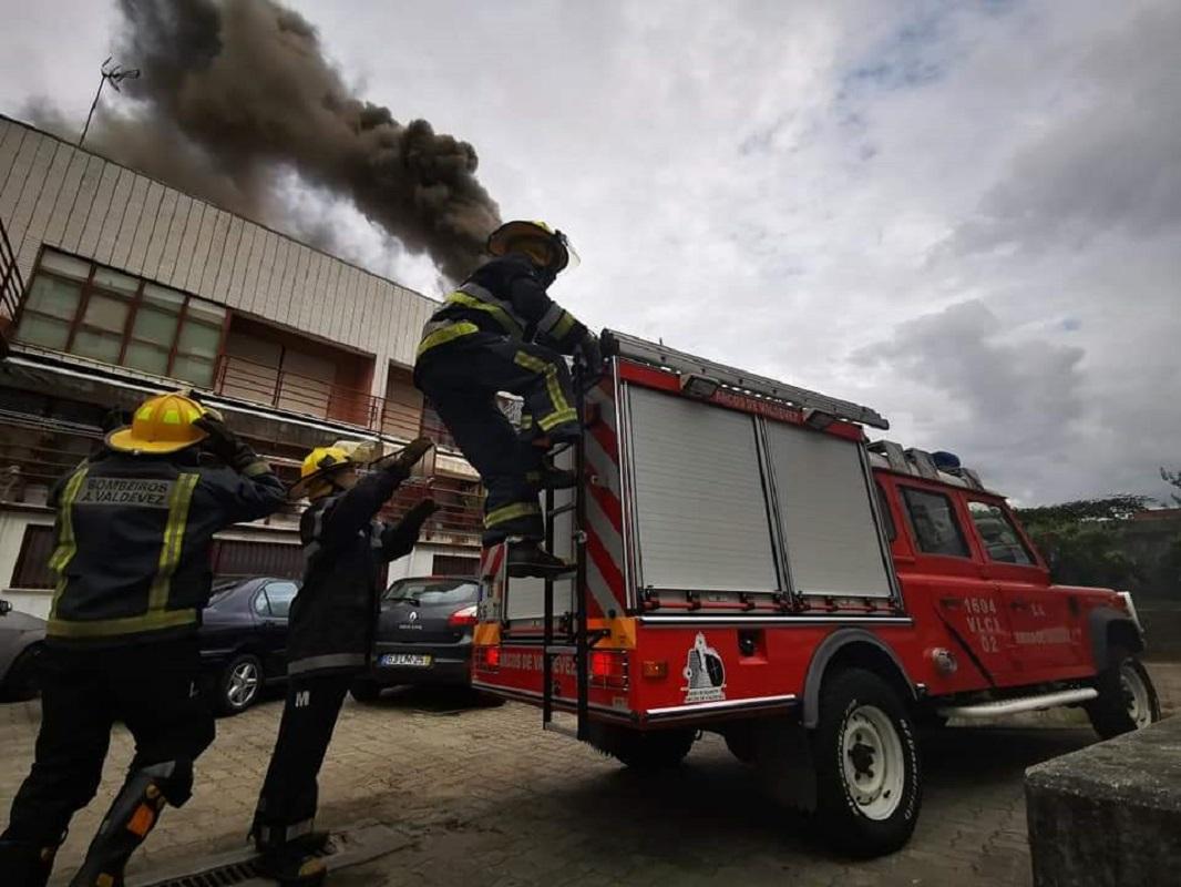 Arcos de Valdevez: Comandante dos Bombeiros ferido em combate a incêndio em restaurante