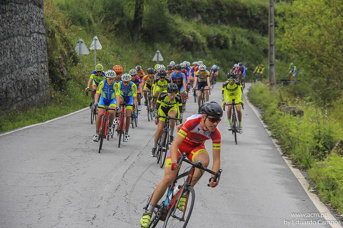 Pelotão de uma centena de ciclistas disputa a Clássica de Melgaço