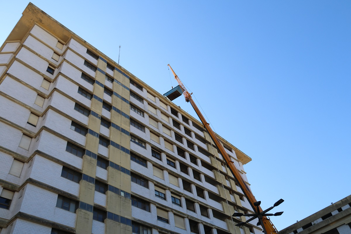 """Máquina giratória com braço de 40 metros vai """"triturar"""" prédio Coutinho em Viana do Castelo"""
